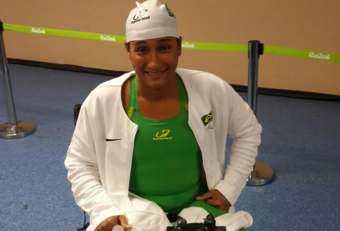 Descrição da imagem: Patricia Pereira sorri após ficar em quinto nos 50m peito (Foto: Lydia Gismondi)