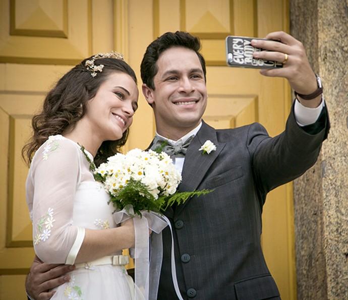 Bianca Bin e Rainer Cadete tiram selfie com o figurino do casamento (Foto: Isabella Pinheiro/Gshow)