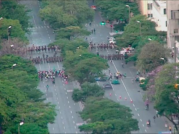 Policiais fazem bloqueio na Avenida Afonso Pena (Foto: Reprodução/TV Globo)