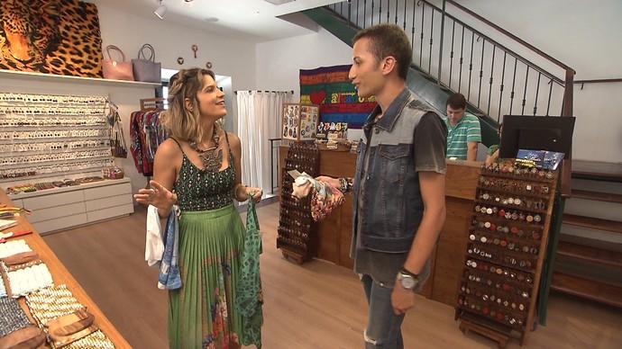 Paula Magalhães e João Caldas garimpam souvenirs e montam looks (Foto: TV Bahia)