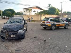 Pick Up ficou com a frente destruída com o impacto. (Foto: Diego Souza/G1)