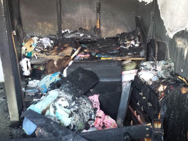 Móveis e eletrodomésticos da casa ficaram destruídos (Foto: Lucimário Souza / TV Grande Rio)