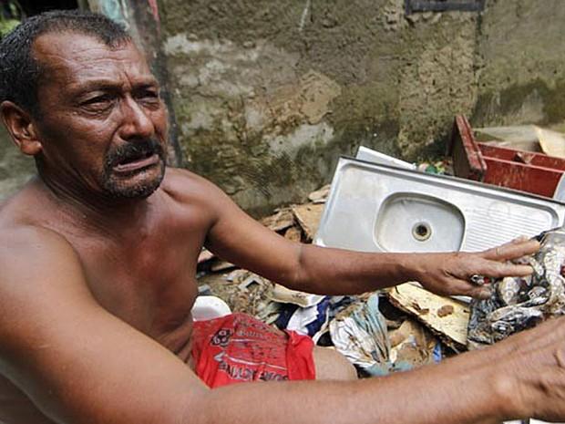 O pedreiro José Damião Sobrinho, de 57 anos, procura há 10 dias um saco de dinheiro levado por enchente em Cubatão (SP). Ele perdeu R$ 2.700 durante as enchentes que atingiram a cidade, após economizar todos os salários para voltar para Pernambuco. (Foto: Carlos Nogueira/Jornal A Tribuna)