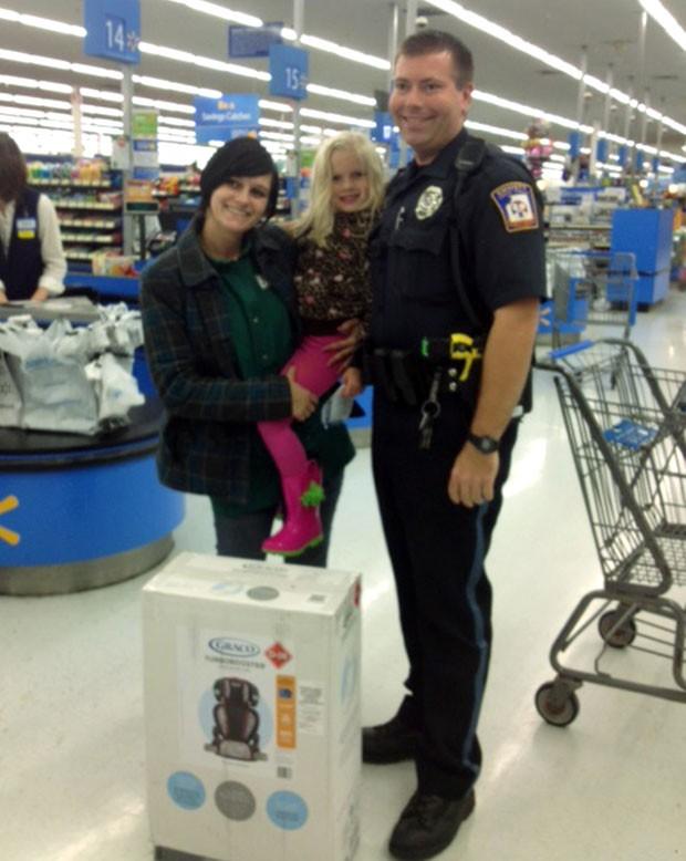 Policial comprou cadeirinha para criança após flagrar motorista levando filho de forma insegura (Foto: Walmart/AP)
