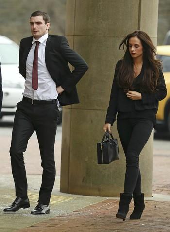 Adam Johnson, Sunderland, em tribunal com a namorada Stacey Flounders  (Foto: Reuters)
