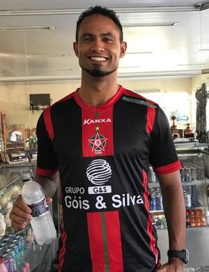 Goleiro Bruno Fernandes já posa com a camisa do Boa Esporte (Foto: Lúcio Adolfo)