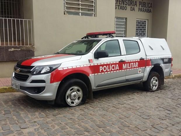 Viaturas da PM tiveram pneus furados por grampos deixados por suspeitos (Foto: Denise Delmiro/TV Paraíba)