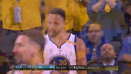 O triplo-duplo que importa: Stephen Curry faz de tudo e explode o ginásio