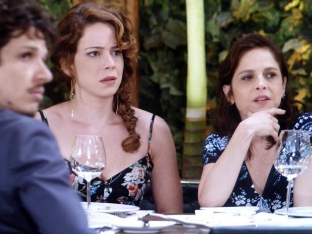 Cris fica passada ao ver intimidade entre Vicente e José Alfredo  (Foto: Império/TV Globo)