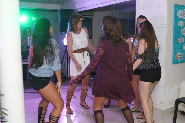 Cristiana Oliveira se diverte na pista de dança (Foto: Anderson Borde / AgNews)