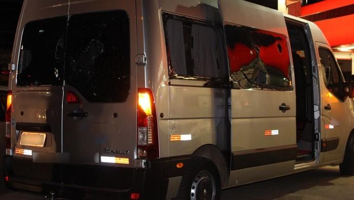 Van que prestava apoio ao Flamengo em Goiânia foi atacada por torcedores do Goiás (Foto: Reprodução/TV Anhanguera)