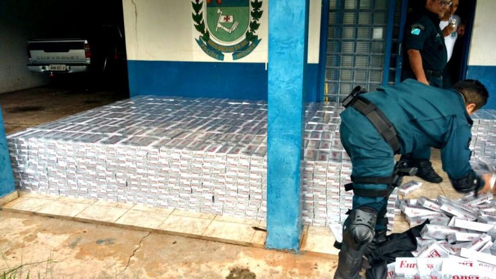 Cada um dos 3170 pacotes tinham 10 carteiras de cigarro (Foto: Polícia Militar/Divulgação)