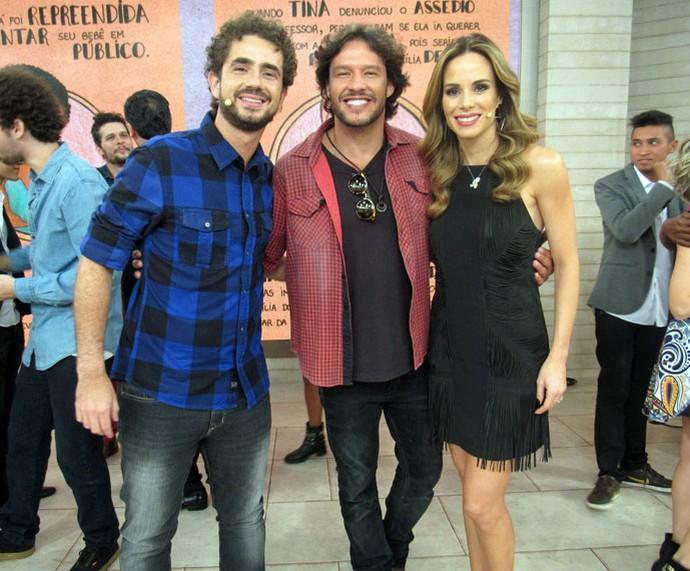 O ator Nando Rodrigues com os apresentadores nos bastidores  (Foto: Carolina Morgado/Gshow)