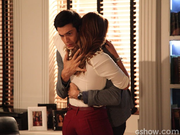 Paloma e Félix se abraçam. Reconciliação à vista? (Foto: Amor à Vida/TV Globo)