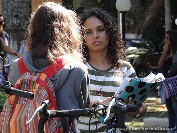 Júlia se aproxima de Micaela e tenta defender a garota (Foto: Malhação / TV Globo)