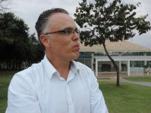 Marcelo Oliveira Rosado conta que a intenção é aumentar o número de aves (Foto: Mayara Corrêa/G1)