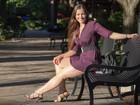 Nana Gouvêa estuda e mostra pernões em parque de Nova York