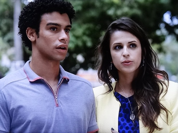 Mas Liz chega na hora e atrapalha o plano da ruiva (Foto: TV Globo)