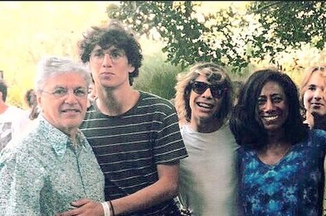 Caetano Veloso, seu filho, Tom, o companheiro dele na Banda Dônica, Lucas Nunes, e Glória Maria (Foto: Paula Lavigne)