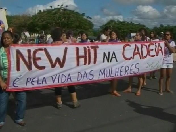 protesto aconteceu na chegada dos músicos da new hit (Foto: Imagens / TV Bahia)