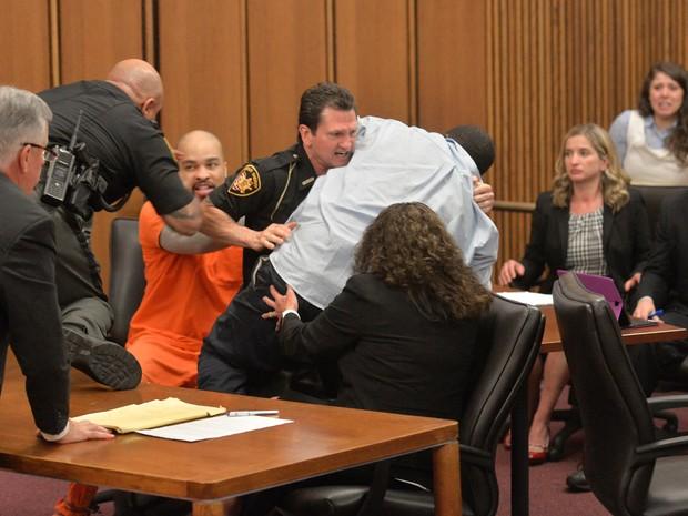 Pai de uma das vítimas precisou ser contido ao tentar agredir o serial killer Michael Madison (Foto: David Richard/AP)