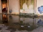 Lixos e poças em barracão de ferrovia preocupam população