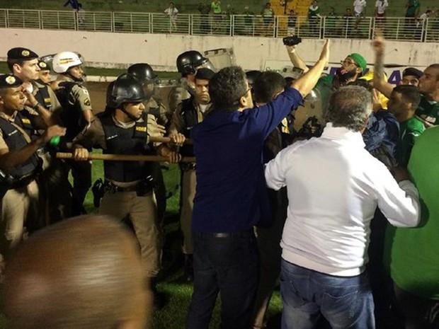 Jogadores do Guarani entraram em confronto com a PM após o final do jogo contra o Boa Esporte em Varginha, MG, pela final da Série C do Campeonato Brasileiro (Foto: Murilo Borges/GE)