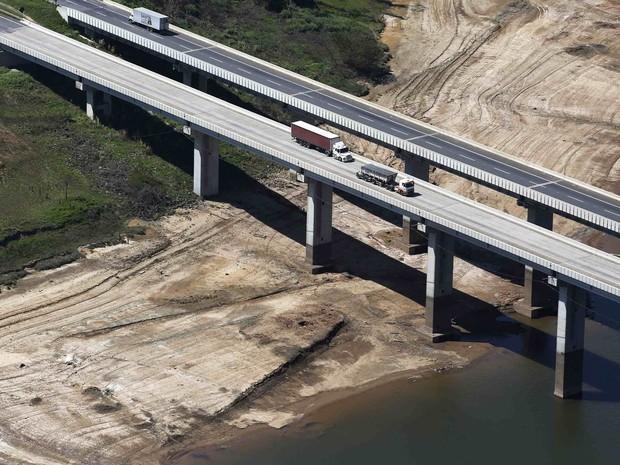Ponte sobre a represa de Atibainha, parte do Sistema Cantareira, com margens bastante expostas devido à seca no estado de São Paulo, em Nazaré Paulista (Foto: Nacho Doce/Reuters)