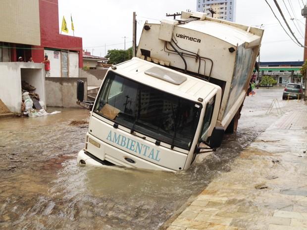 Caminhão fica preso em buraco em João Pessoa, Paraíba (Foto: Walter Paparazzo/G1)