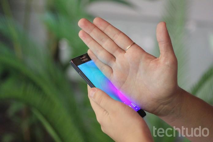 Deslize a mão da direita para esquerda para tirar prints no Galaxy A5 (Foto: Luana Marfim/TechTudo)