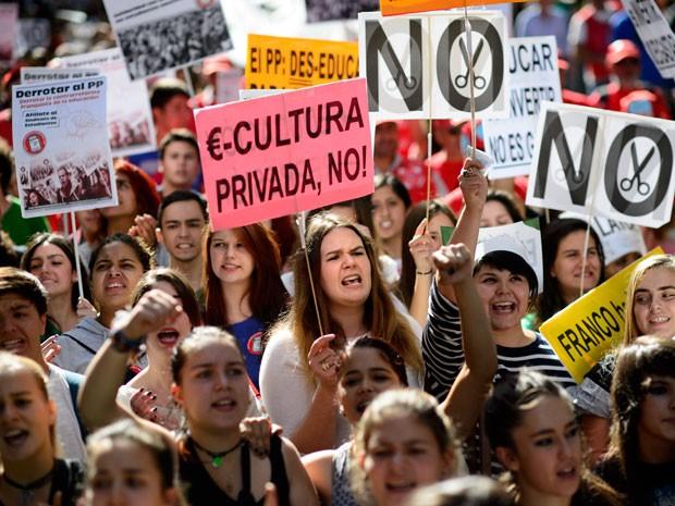 Estudantes levam cartazes para pedir o fim dos cortes na educação durante protesto em Madri (Foto: Dani Pozo/AFP)