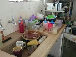 As louças sujas estão sendo acumuladas em uma edícula nos fundos da casa de Adriana para evitar insetos na casa (Foto: Natália de Oliveira/G1)