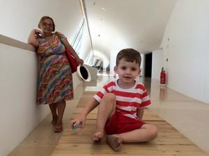 Sônia e o neto Arthur, de 2 anos (Foto: Lívia Torres/G1)