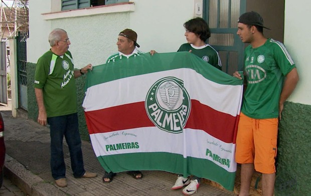 O aposentado Jairo Rondineli convocou amigos e parentes para o jogo (Foto: Reprodução EPTV / Marcelo Rodrigues e Edson de Oliveira)