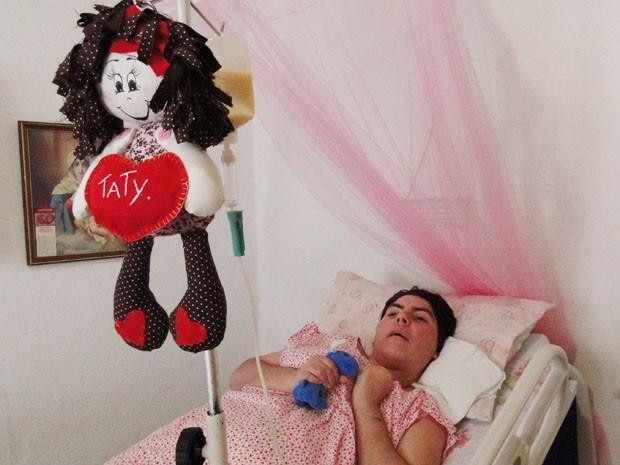 Tatiana com boneca de pano que ganhou no aniversário de 34 anos, na semana passada. (Foto: Cristina Moreno de Castro)