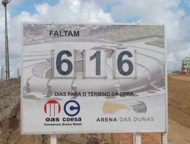 Placa na Arena das Dunas, em Natal (Foto: Marcelo Baltar/GLOBOESPORTE.COM)