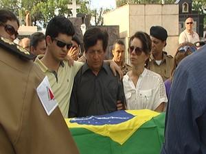 Pai do militar acompanhou o enterro de perto  (Foto: Reprodução/TV Integração)