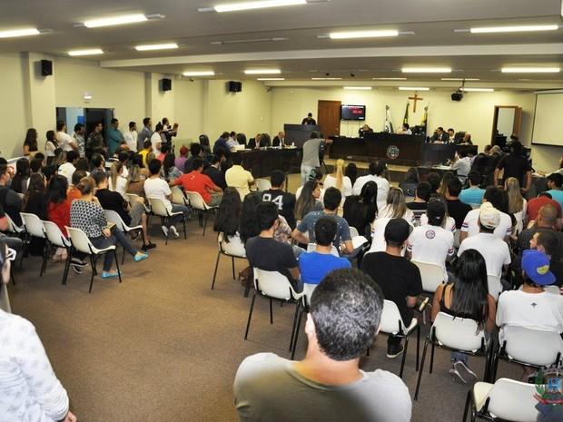 Plenário ficou lotado com jovens e estudantes universitários (Foto: Câmara de Umuarama/Divulgação)