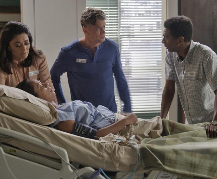 Arthur surpreende ao aparecer no hospital (Foto: TV Globo)