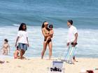 Cynthia Howlett e Du Moscovis se divertem com os filhos na praia