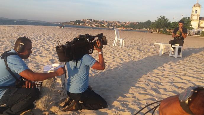 Jackson Costa bebe água de coco durante gravação na Ribeira, em Salvador (Foto: TV Bahia)