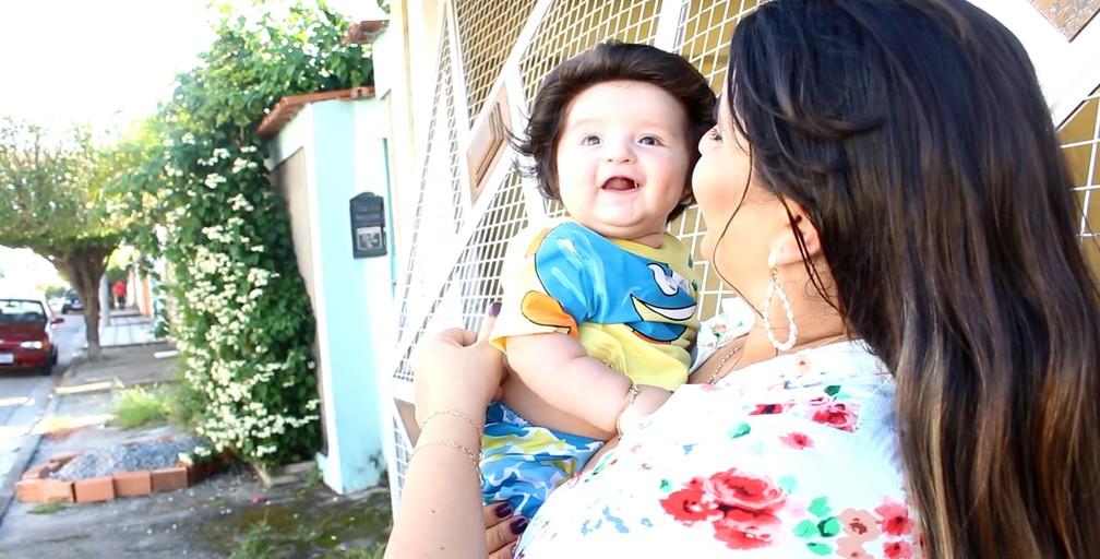 Bebê passeia com a mãe e chama a atenção por onde passa (Foto: Carlos Dias/G1)