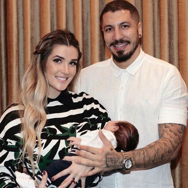 Aline Gotschalg e Fernando Medeiros posam com o filho (Foto: Instagram / Reprodução)