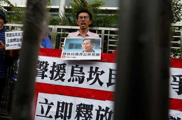 Moradores protestaram contra prisão de prefeito Lin Zuluan (Foto: Bobby Yip/Reuters)