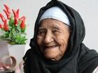 Idosa de 104 anos atribui vida longa ao cachimbo que fuma todos dias