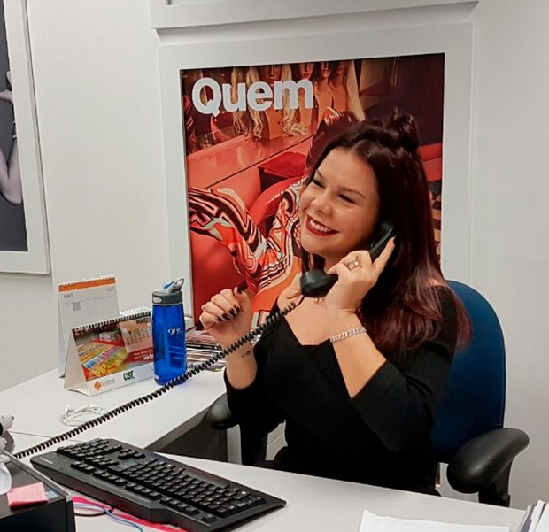 Fernanda Souza se diverte na redação da QUEM (Foto: Eduardo Garcia/ Ed. Globo)