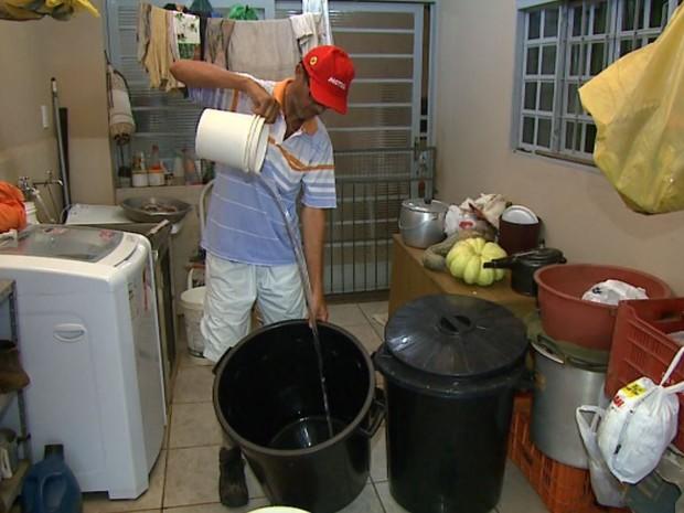 O motorista Carlos de Lima, morador de Pirangi (SP), tem armazenado água por problema em distribuição (Foto: Chico Escolano/EPTV)