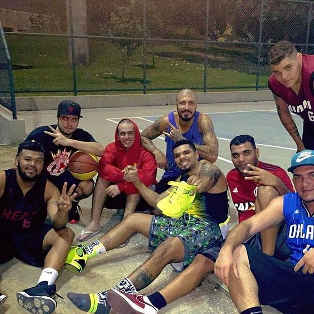 Rodrigo Godoy, Naldo, ex-BBB Fernando e Pablo Jorge jogam basquete com amigos no Rio (Foto: Instagram/ Reprodução)