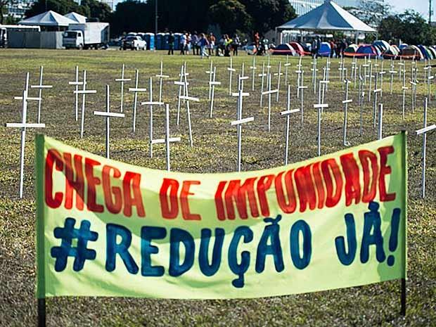 Cruzes e faixas colocadas no gramado da Esplanada por defensores da redução da maioridade penal (Foto: Marcelo Camargo/Agência Brasil)