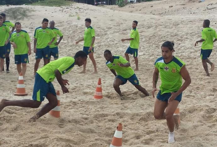 Jogadores trabalharam, nesta quarta-feira, na Praia do Calhau, em São Luís-MA (Foto: Sampaio / Divulgação)
